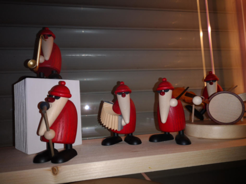Weihnachtlich dekoriertes Wohnzimmerfenster - Rockband