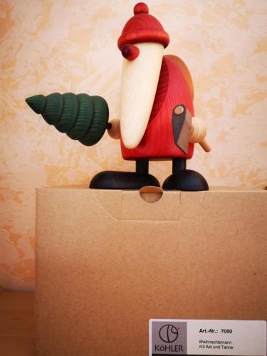 Weihnachtsmann mit Axt und Tanne